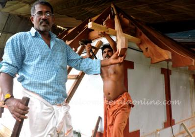 Chief Carpenter Valsan Achari at Lokanarkavu (Vatakara, Kerala) worksite
